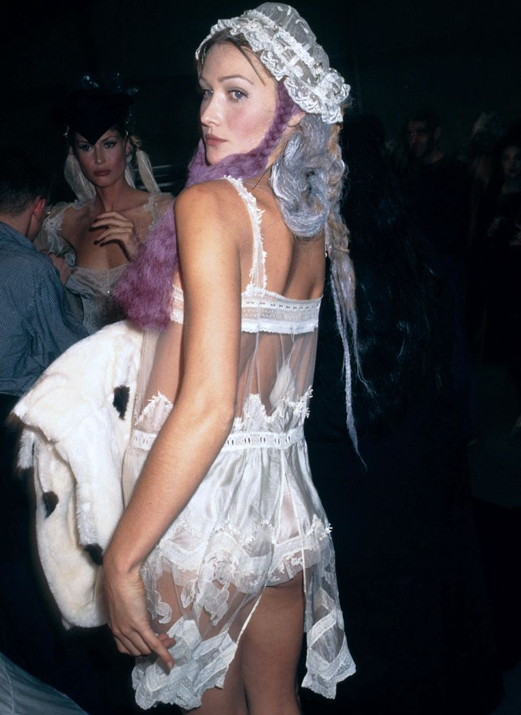 CARLA BRUNI JOHN GALLIANO FASHION SHOW SPRING/SUMMER 1994 BACKSTAGE