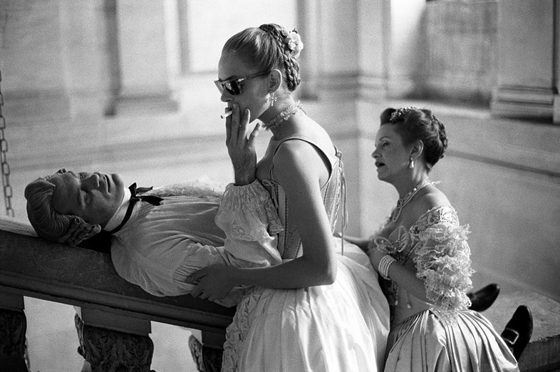JOHN MALKOVICH, UMA THURMAN AND SWOOSIE KURTZ | PHOTOGRAPHY BRIGITTE LACOMBE | DANGEROUS LIASONS | CHATEAU DE MAISON-LAFFITTE | FRANCE | 1988