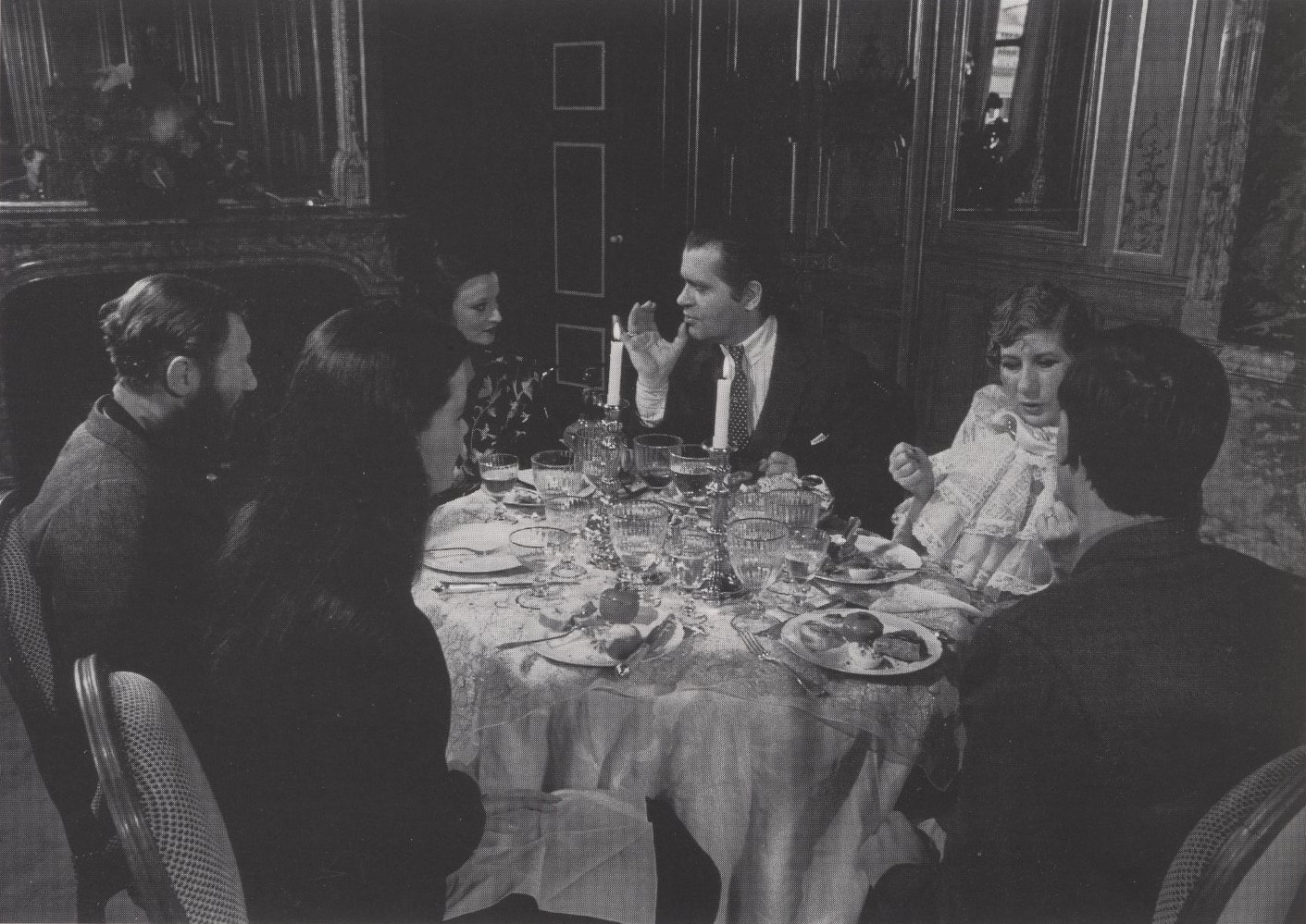 KARL LAGERFELD AND ANNA PAIGGI LUNCH AT RUE DE L'UNIVERSITE' DURING A TELEVISION SHOOT 1980 |PHOTOGRAPHY ARCHIVE JACQUES DE BASCHER